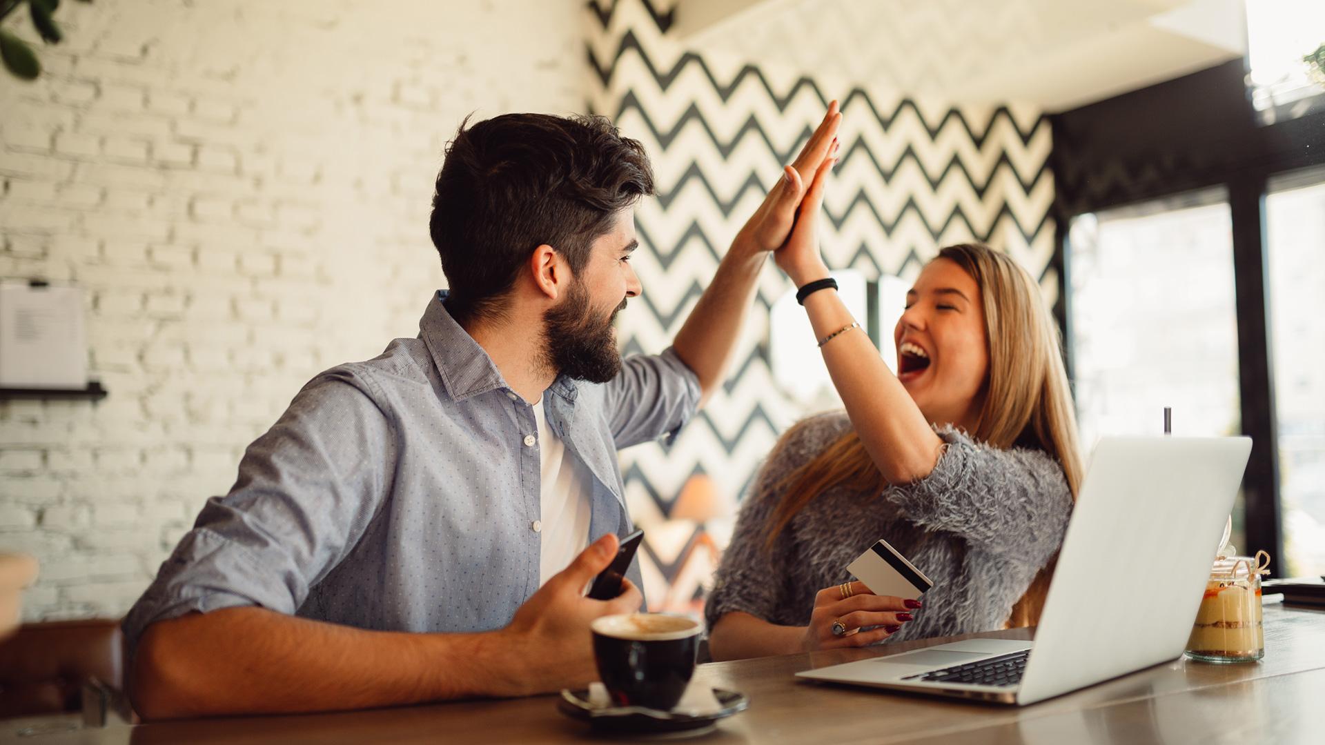 Duas pessoas comemorando uma compra pelo gatilho da escassez