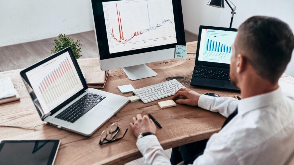 Homem analisa dados para aumentar a receita da empresa