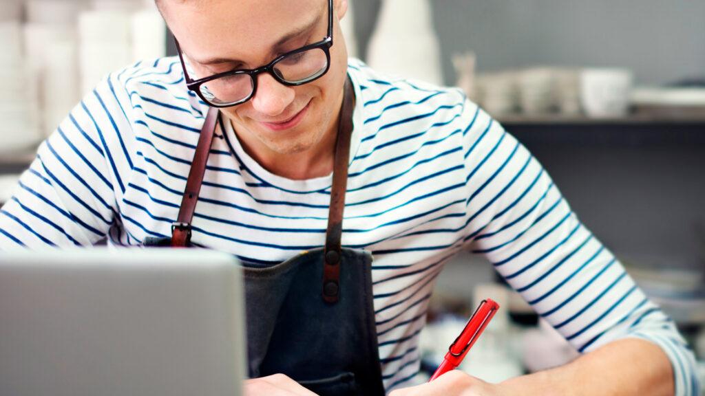 Jovem estuda sobre o que o empreendedorismo na prática.