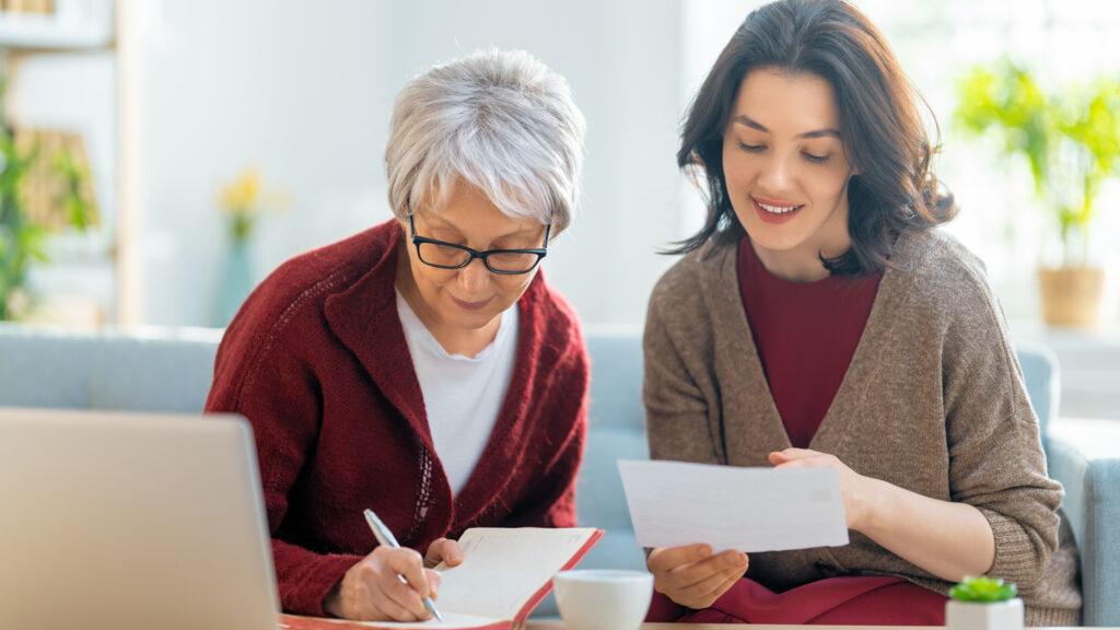 Duas mulheres discutem qual o melhor modelo de recibo para seu negócio.