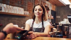 Empreendedora utiliza uma das formas de pagamento escolhidas para realizar cobrança dos clientes