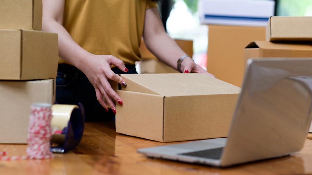 Empreendedora coloca em prática a previsão de vendas ao organizar sua empresa.