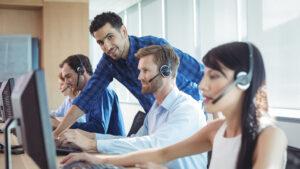 Gerente auxilia equipe sobre como oferecer um bom atendimento online para os clientes