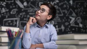 Professora pensa em como definir o preço de suas aulas particulares e os métodos de cobrança.
