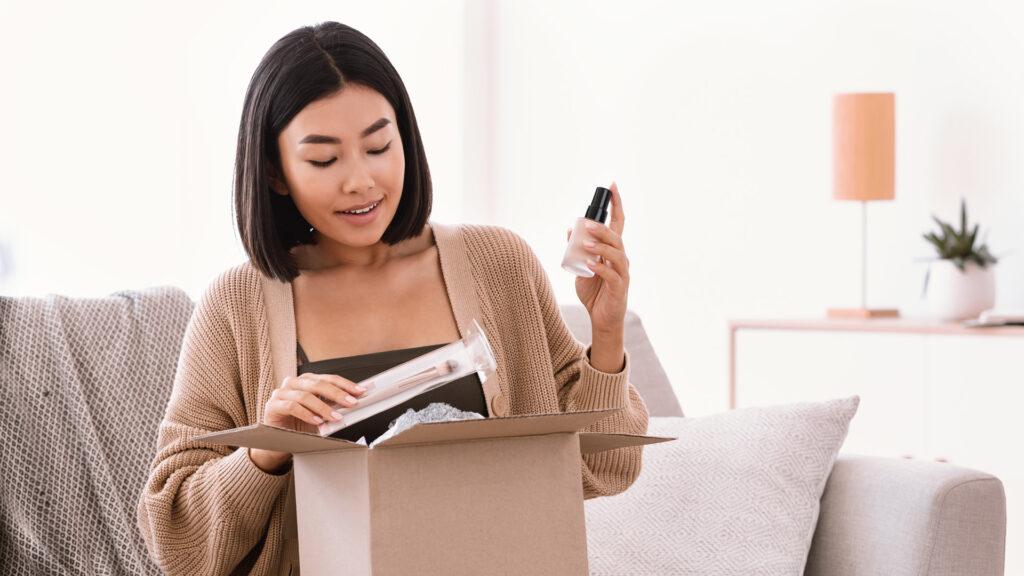 Cliente abre sua box de maquiagem de um clube de assinatura.
