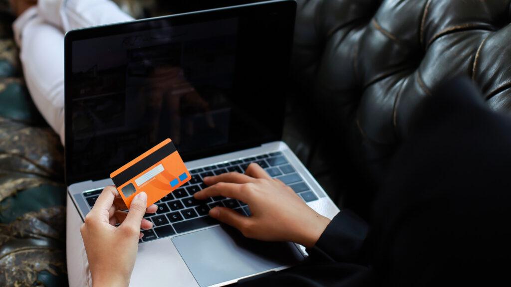Consumidor insere os dados da CVV do cartão para realizar compra online