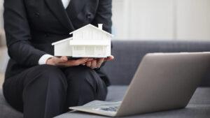 Empreendedor aplica a régua de cobrança para controlar as inadimplências da sua imobiliária.