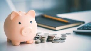 Mesa preparada para o empreendedor estudar sobre o que é gestão financeira.