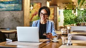 Empreendedora aprende como emitir nota fiscal eletrônica de serviços.