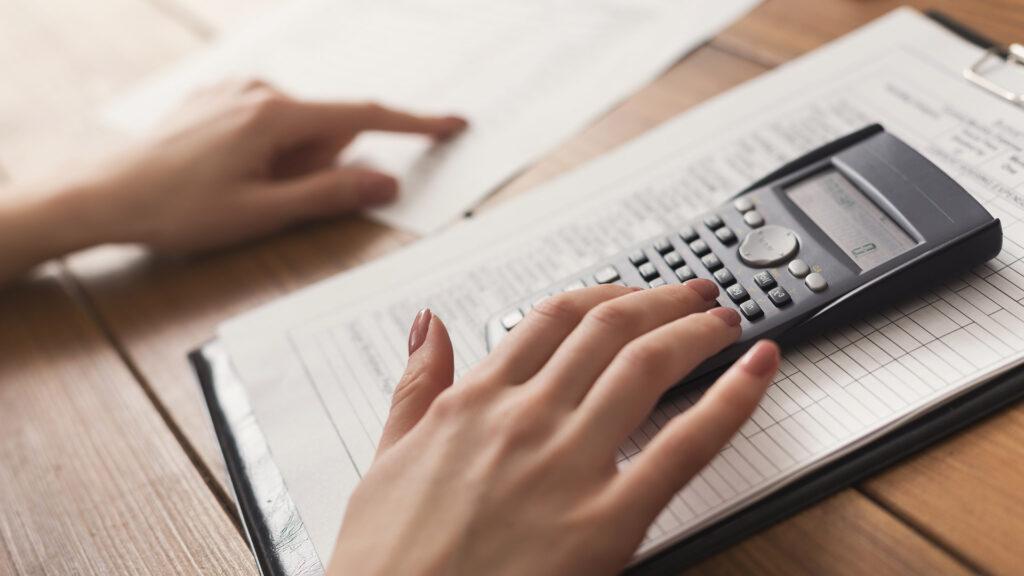 Empreendedora aprende sobre como fazer o controle de pagamentos com planilha de contas a receber com controle de parcelas e inadimplência