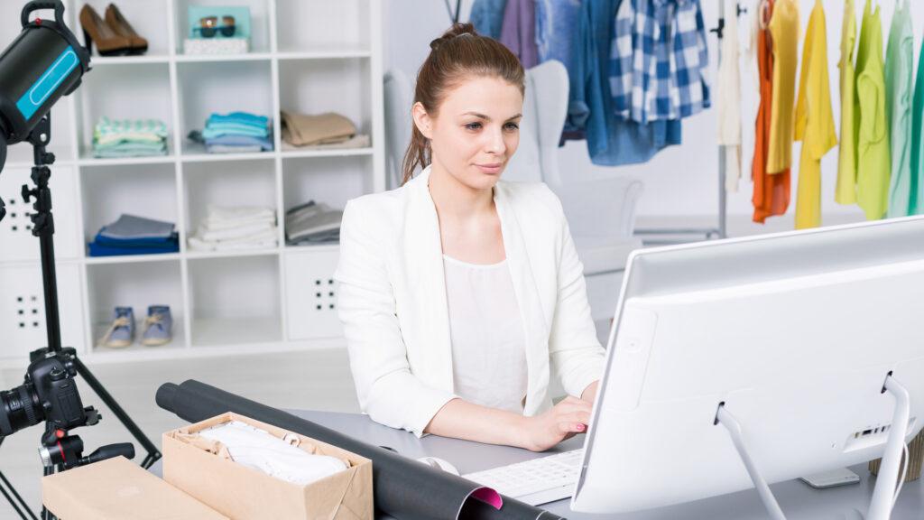 Empresária estuda sobre o que é marketplace e como empreender nesse modelo de negócio.