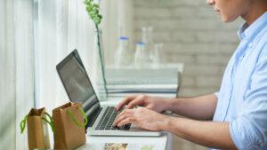 Empreendedor trabalha na escolha da plataforma de vendas da sua loja online.