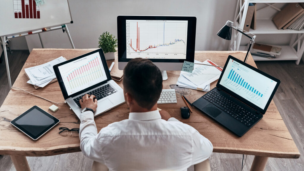 Profissional de marketing faz analise das métricas ROI e ROAS.