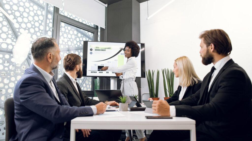Grupo de empreendedores aprende sobre o que é pitch de vendas e como aplicar a ferramenta na prática