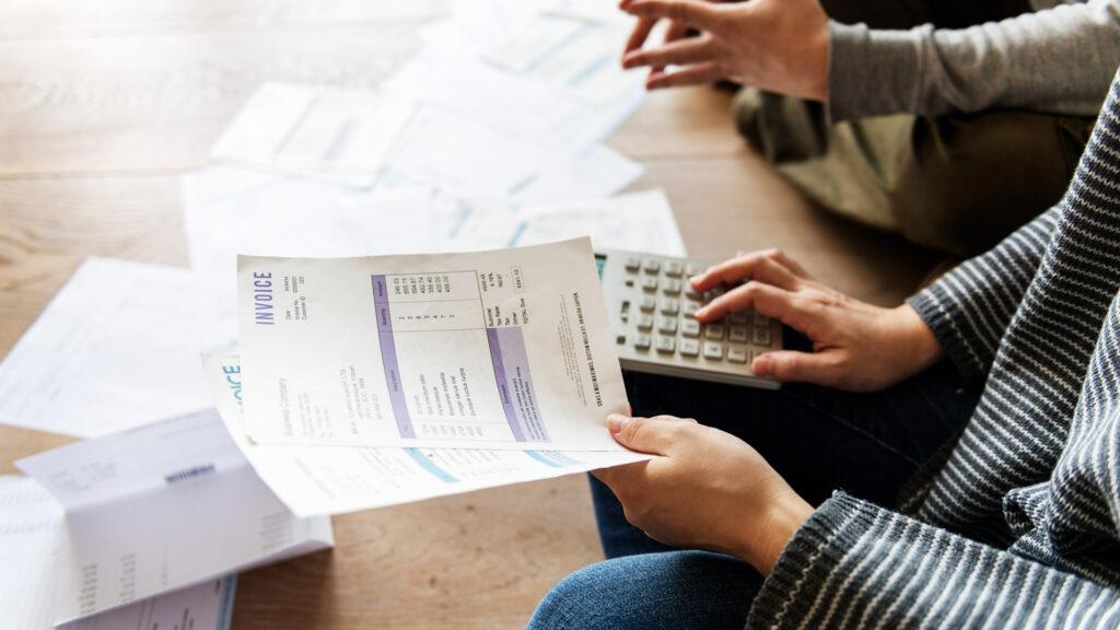 Empreendedor faz o controle dos diferentes tipos de notas fiscais emitidas em seu negócio